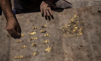 El tesoro cuenta desenterrado en Israel cuenta con 425 monedas de oro, estaban entre una vasija de barro, asegurada con un clavo para que no se movieran. (Foto: EFE)