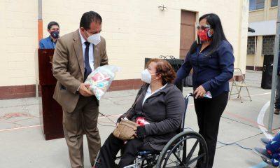El alcalde de Xela Juan Fernando López, hace entrega de la bolsa de alimentos a una vecina con discapacidad.(Foto: Carlos Ventura)