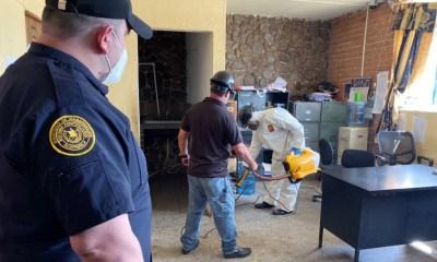 Autoriades del Sistema Penitenciario realizan la desinfección de la cárcel de Cantel, Quetzaltenango, para tratar de evitar casos de COVID-19 entre los reos y personal administrativo. (Foto: DGSP)