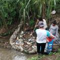 Ambientalistas limpian rios en San Cristóbal Verapaz. (Foto: Facebook)