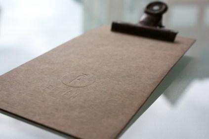 comandero pinza oxidada feten gastrobar imagen identidad corporativa carton sello seco