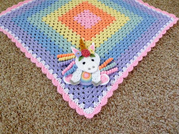Shy unicorn amigurumi pattern | Unicorn doll, Unicorn pattern ... | 450x600