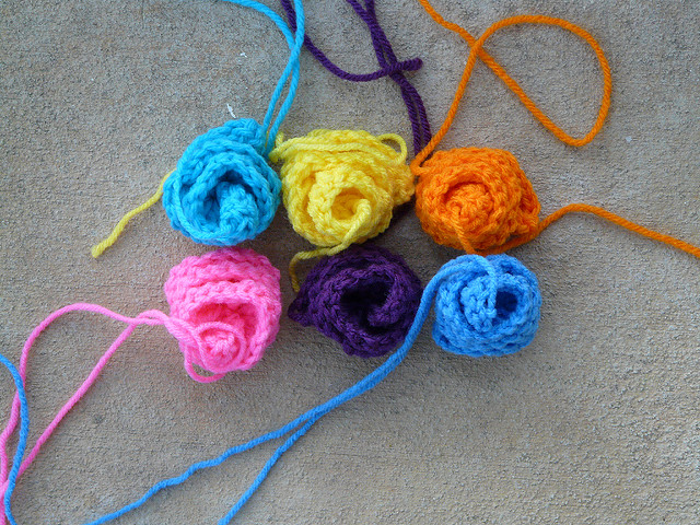 six small crochet roses for a crochet rose garden tote
