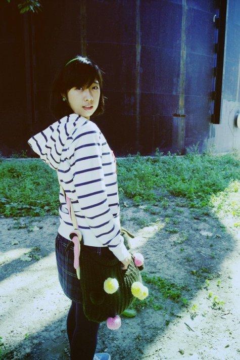 Lu Lingzi with a crochet bag
