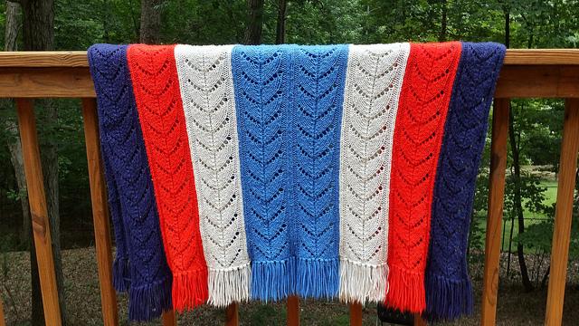 knitted blanket, crochetbug, knitted ripple, knitted chevron, red, rojo,, white, blanco, blue, azul, azure