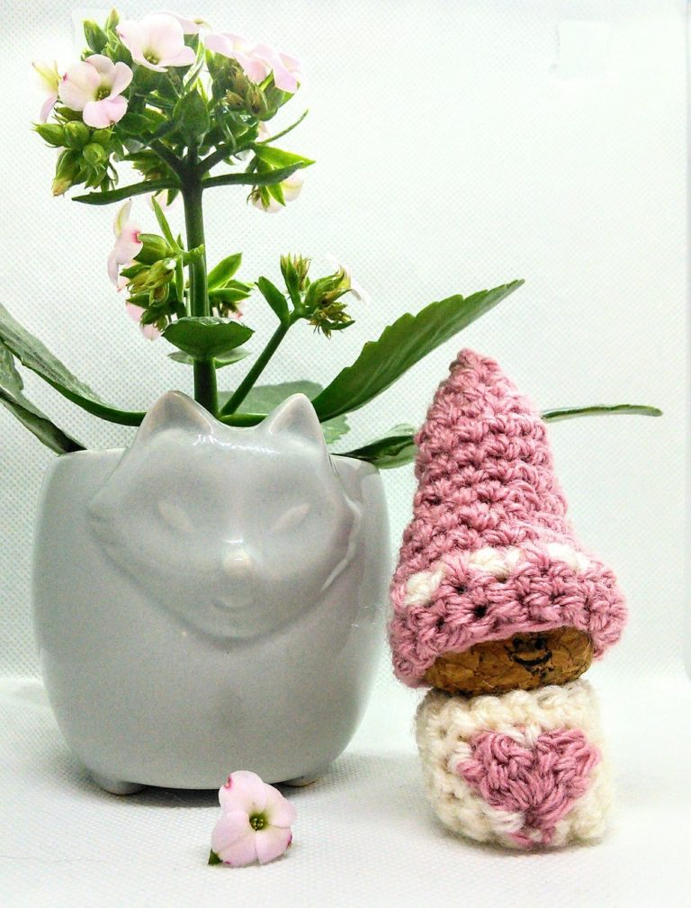 Free pattern for Valentine's crochet gnome