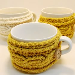 Easy crochet cable mug cosy - free crochet pattern by Crochet Cloudberry