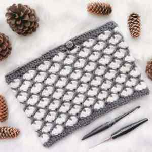 If you're looking for a chunky cowl crochet pattern that will wow this Christmas, this free crochet pattern is just what you've been looking for: a neckwarmer with beautiful textures an detail! #chunkycowlfreecrochetpattern #freecrochetpattern #chunkycowl #wintercowl #crochetpreneur #neckwarmercrochetpattern #shellstitch