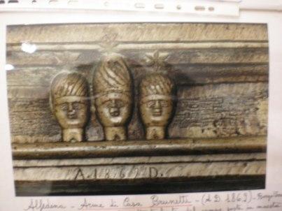 Scudo araldico della Famiglia Brunetti di Alfedena sulla trave in pietra dell'antico camino nel salone centrale del casamento. Borgo Veroli 6