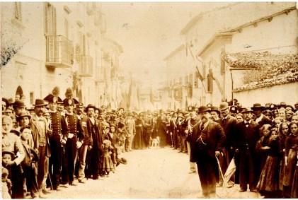 ALFEDENA. IL 26 OTTOBRE 1899 S.A.R. VITTORIO EMANUELE DI SAVOIA PRINCIPE DI NAPOLI ONORO' DI SUA VISITA LA CASA MUNICIPALE DI ALFEDENA. Il Principe ereditario, che l'anno successivo, a seguito dell'assassinio di suo padre S.M. il Re Umberto I, 29 luglio 1900, salì al trono d'Italia quale S.M. Vittorio Emanuele III, fu accolto ed ospitato nel palazzo De Amicis di Alfedena da S.E. l'On. Mansueto De Amicis Sottosegretario di Stato , dal Senatore del Regno Prof. Tommaso De Amicis, e dall'l'Arciprete Don Filippo Brunetti Parroco di Alfedena. Presente il Sig.D. Vincenzo Gigante Sindaco di Alfedena. (Tutti visibili nell'immagine).