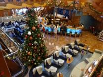 Un grand sapin décoré a été installé dans l'Atrium du Costa Luminosa