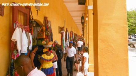 Escale à Cartagena en Colombie les commerces du quartier de Las Bovedas