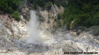 Des fumerolles s'échappent de la soufrière de Sainte Lucie