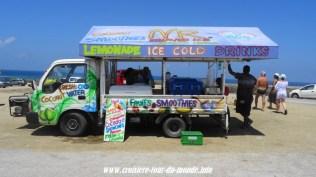 Escale à Oranjestad Aruba des marchands ambulant trés colorés