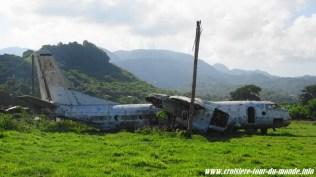 Escale à St Georges île de la Grenade ancien aéroport carcasse d'avion cubain 2