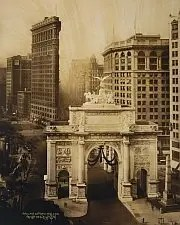 Flatiron Building with WWI victory arch, 1919