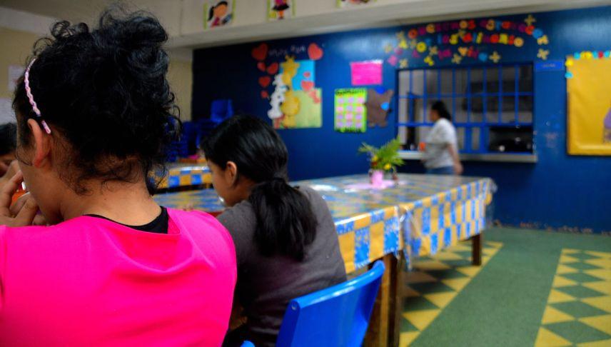 Las menores se reúnen para comer en el comedor de La Alianza, cuyos responsables han detectado que cuando ingresan al centro algunas sufren desnutrición por las condiciones de pobreza y exclusión que han vivido. ASIER VERA