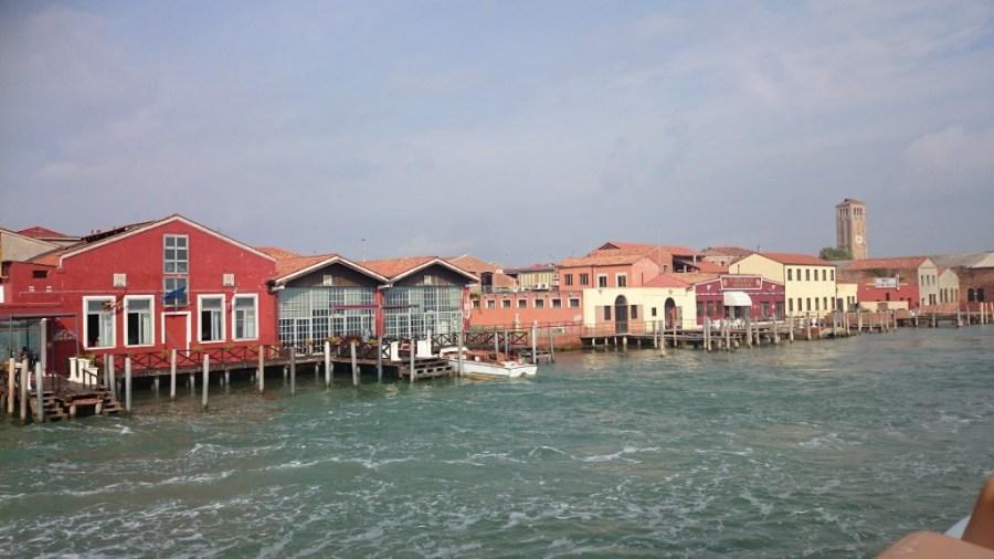 Aproximándonos a Murano. Excursión de un día a Murano, Burano y Torcello.