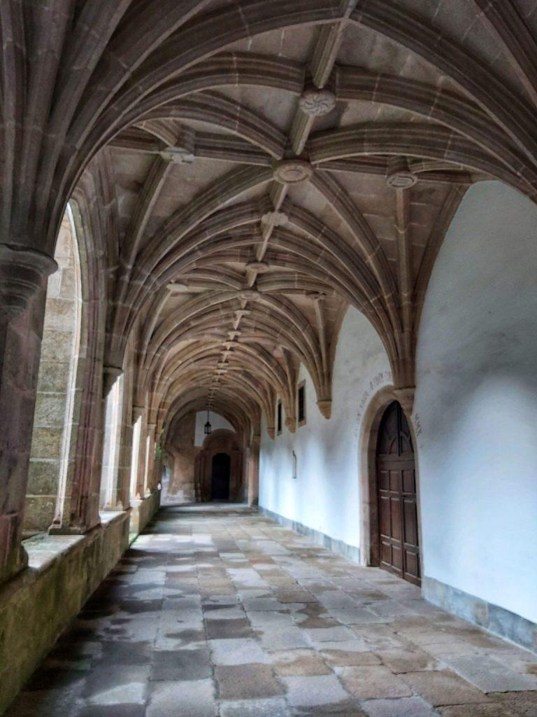 Accediendo al Monasterio de Samos.