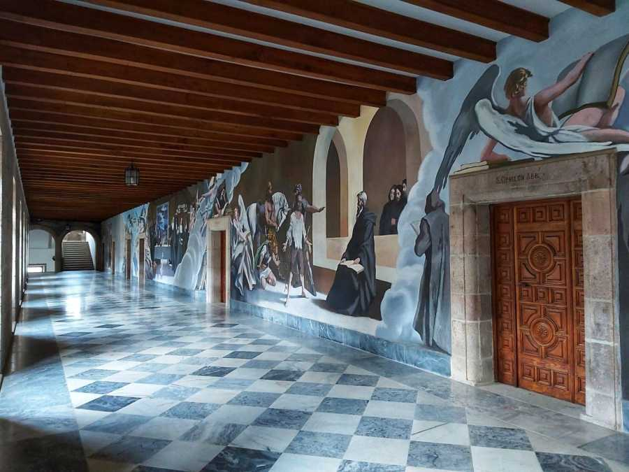 Monasterio de Samos. Increíbles pinturas murales en el primer piso.