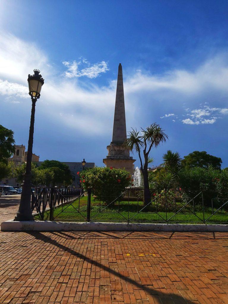 Qué ver en Ciudadela, Obelisco de la memoria Plaça des Borns