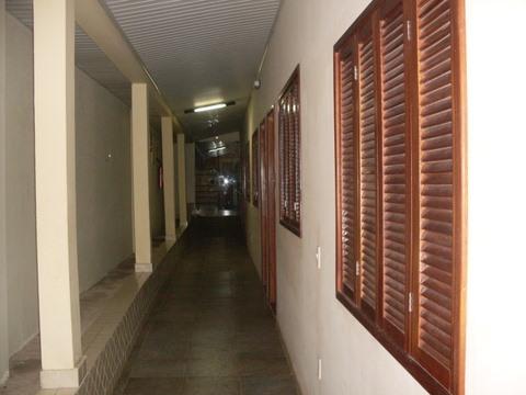 As janelas que dão para o corredor.