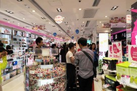 24. SaSa, uma das lojas no r/c do Edificio Comercial da China, que vende artigos cosméticos