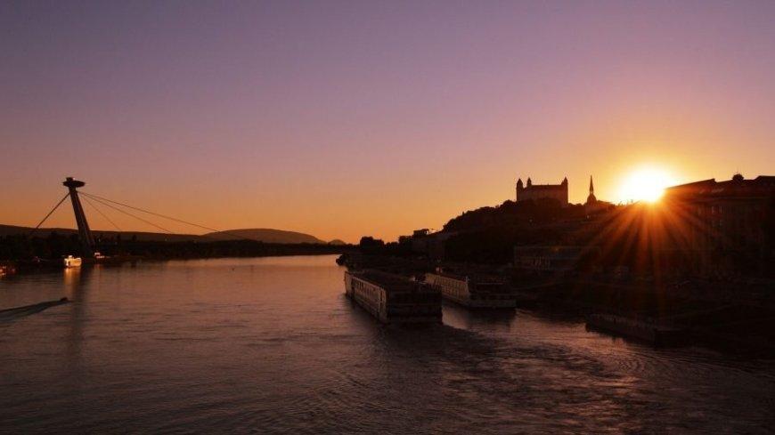Puesta de sol en el Danubio en Bratislava
