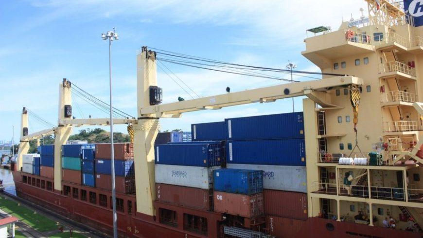 Gran barco cruzando el Canal de Panamá