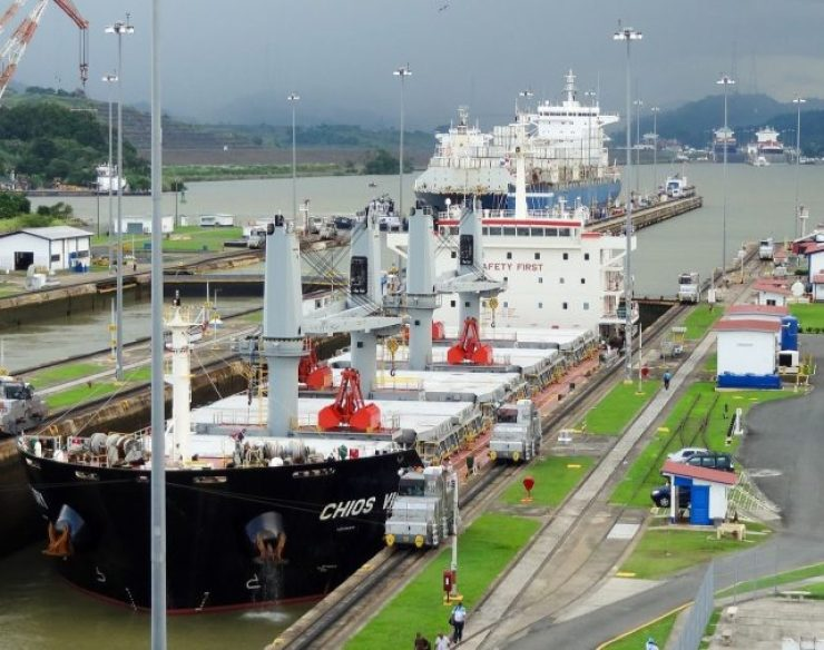 Barco cruzando Miraflores