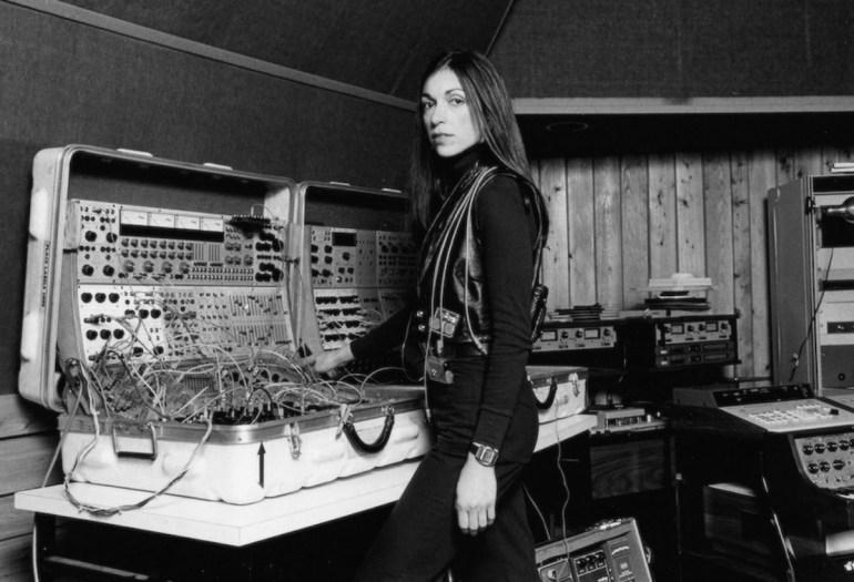 sisters with transistor -il potere liberatorio della tecnologia in un momento in cui le comunità musicali tradizionali limitavano le donne dai loro ranghi compositivi. @crono.news