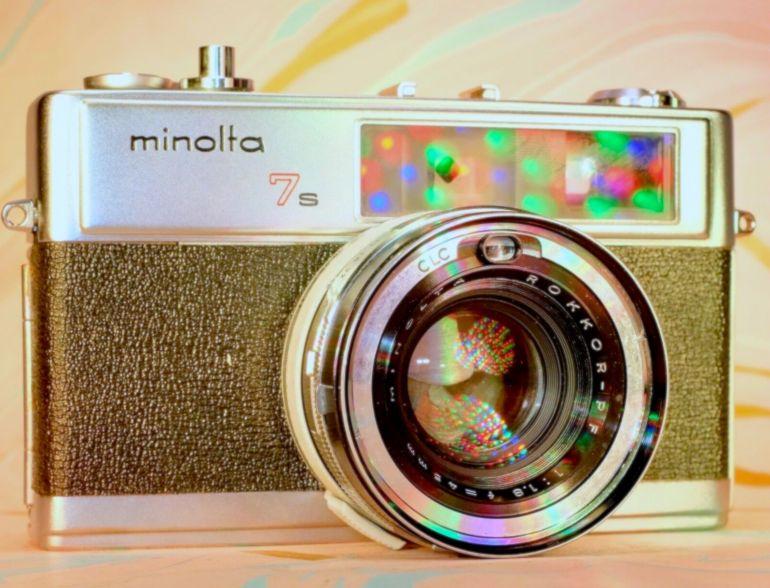 Minolta è uno dei marchi storici della fotografia analogica e malgrado sia da tempo scomparsa dal mercato insieme ad altri nomi storici della fotografia, gli appassionati delle fotocamere analogiche conoscono bene la qualità delle ottiche e la precisione delle sue fotocamere.