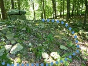Dolmen de Aitzetako Txabala (Gipuzkoa), con el contorno marcado del túmulo que debió de cubrirlo antes de su excavación