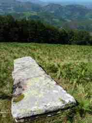 Menhir caído en el monte de Alkurruntz
