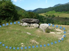 Dolmen de Arrako (Belagua, valle del Roncal, Navarra), con el contorno señalado del túmulo que debió de cubrirlo antes de ser excavado