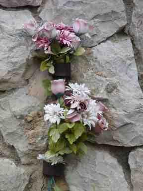 Detalle de ofrenda floral (de plástico, más duradera...) en el monumento de Campino (Burgos, julio de 2014)