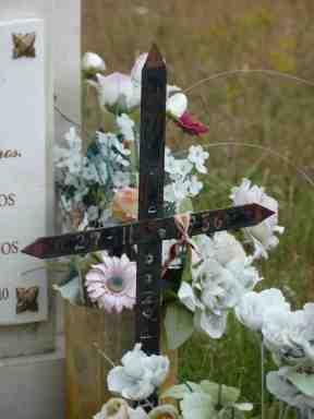 Detalle de una cruz en el sepulcro de Venta de Orbaneja (Burgos)