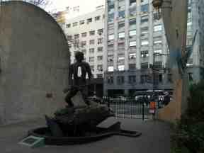 Monumento a los caídos en la guerra que Argentina sostuvo con Inglaterra por el dominio de las islas Malvinas, frente a la costa atlántica de Patagonia (1982), frente al Ministerio de Defensa en el Paseo Colón de Buenos Aires (2014)
