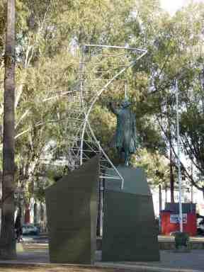 Conjunto que homenajea a Cristóbal Colón en la Avenida San Martín de Salta (prov. Salta, 2014)