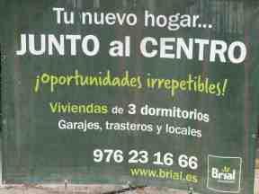 Cartel de una promotora en la c/ Pedro Arnal Cavero (Zaragoza)