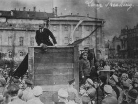 Fotografía probablemente original de Lenin, junto con Trosky y Kamenev, en un mitin frente al Teatro Bolshoy (Moscú, 5 de mayo de 1920)
