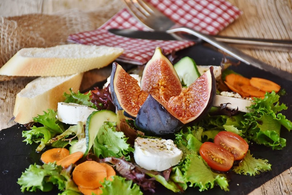 Temperate goat cheese salad
