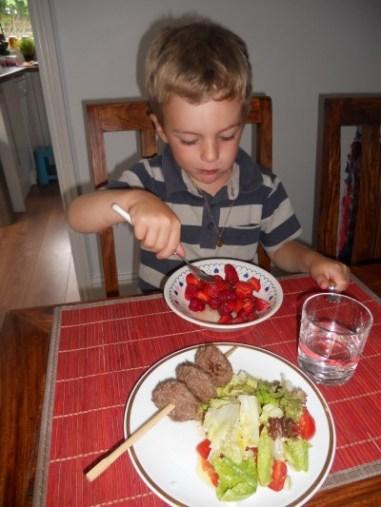 Brochette de viande crudités et salade de fruits