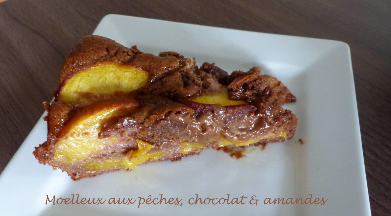Moelleux aux pêches, chocolat & amandes P1190429 R