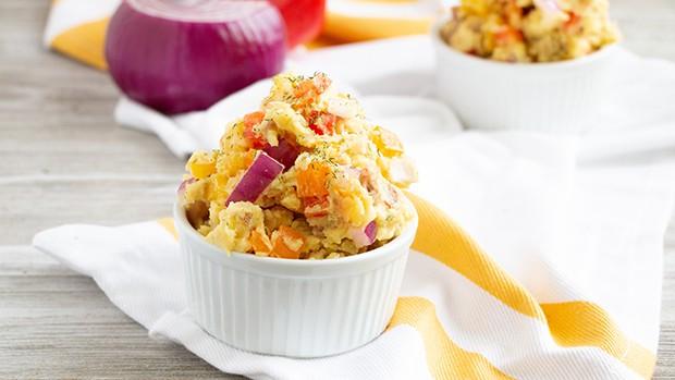 салат из картофеля, лука и перца в салатнице
