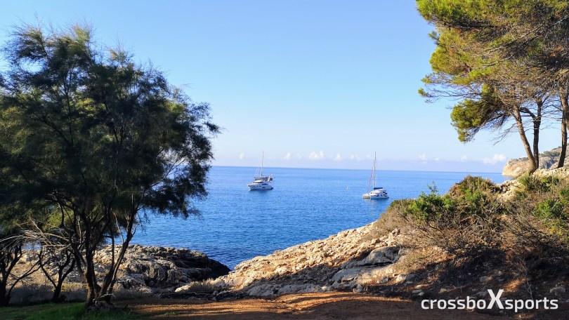 Schiffe-Meer-blaues Wasser-Blick vom Land aufs Meer