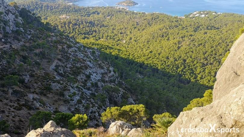 steiler Anstieg, Felsen im Hintergrund Wald und Meer
