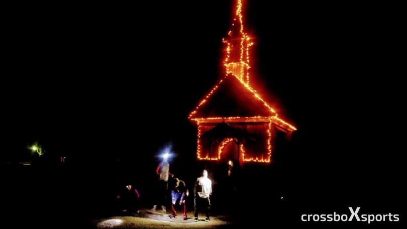 Nacht-beleuchtete Kapelle-davor Sportgruppe mit Stirnlampe