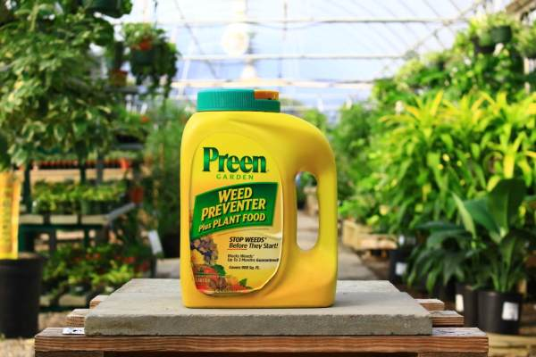 Prevents weeds up to 3 months and feeds your plants.