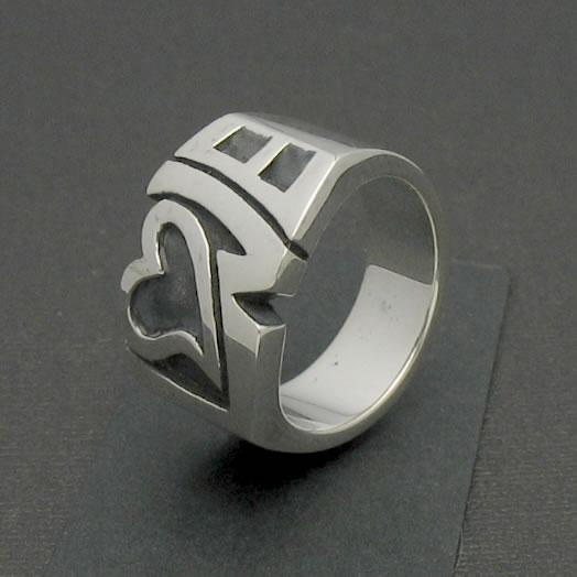 ロゴにハートをデザインしたラブリーなシルバーリング「LOVE RING」